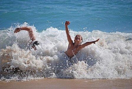 Cuba rondreis Cuba met kinderen jongen op strand