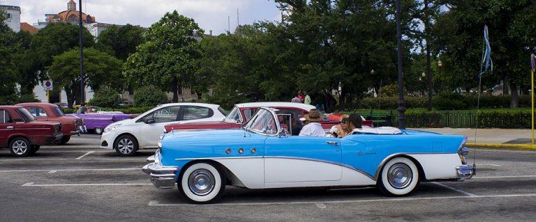 Cuba viajes a medida. auto clasico azul.