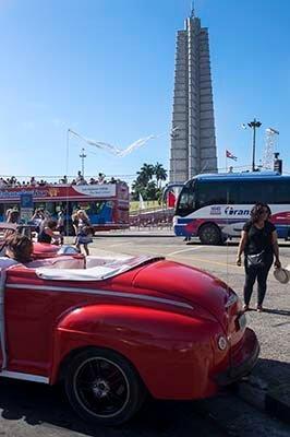 Cuba viajes programas cortos Plaza de la Revolucion+ auto americano rojo