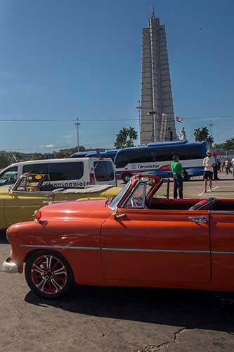 Cuba bouwstenen Revolutie Plein + oldtimer