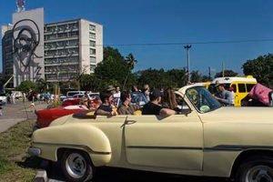 Cuba Viajes circuito La isla de tus sueños autos clásicos americanos con personas