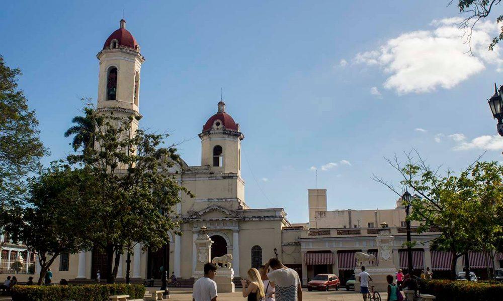 Cuba sitios de interés cienfuegos centro de Cienfuegos y la iglesia