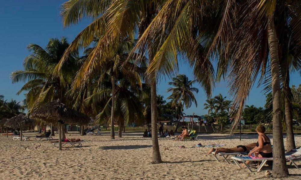 Cuba sitios de interés en Playa Girón playa con palmas en Playa Giron