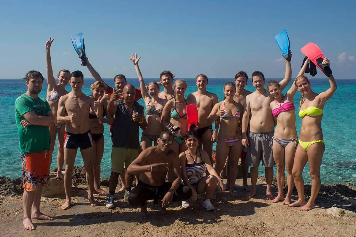 Cuba bezienswaardigheden Playa Giron strand met groep snorkeling