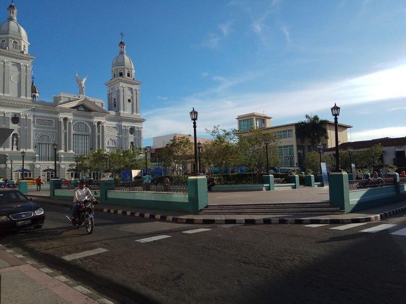 Cuba rondreis Het andere deel van Cuba Santiago de Cuba park met motor
