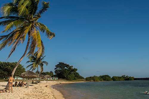 Cuba bezienswaardigheden Playa Giron strand met blauw water