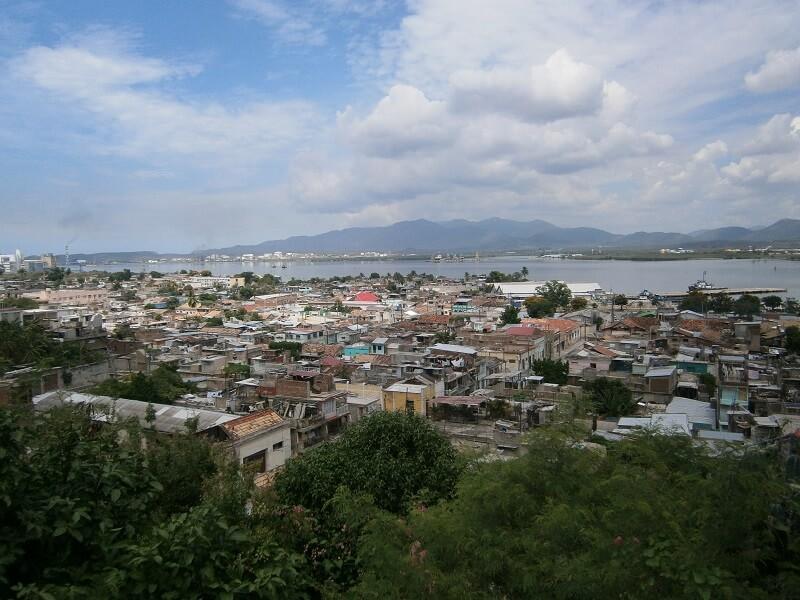 Cuba Viajes circuitos La otra mitad de Cuba ciudad de Santiago de Cuba con vista al mar