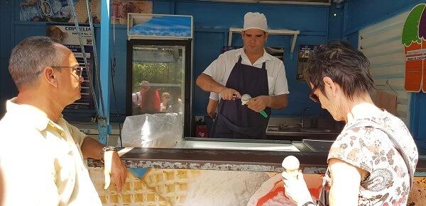 café met kleine menukaart in Cuba