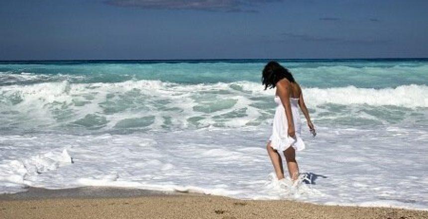 Informacion practica para viajar a Cuba chica en la playa